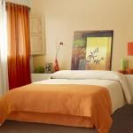 9-dormitor modern cu accente decorative portocalii