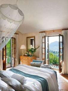 9-dormitor romantic amenajat in tonuri de maro deschis alb si bleu casa stil mediteranean rustic
