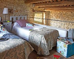 9-dormitor rustic decorat cu piatra naturala si lemn masiv vechi