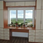 9-dulapuri cu usi si sertare si birou lucru proiectate in jurul unei ferestre