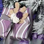 9-exemplu impachetare a unui cadou de Craciun in lila si argintiu cu accesorii rustice