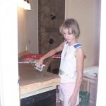 9-fiica cea mica a Carei ajutand la turnarea blaturilor di beton din bucatarie