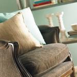 9-fotoliu stil clasic culoare maro accesorizat cu pernute decorative bleu si bej