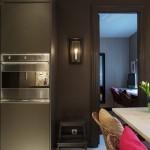 9-frigider si cuptor electric incastrate in mobilierul gri din bucatarie