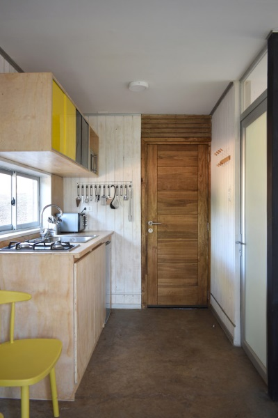 9-iesire spate casa prin bucatarie si usa spre baie Casa R Felipe Lagos
