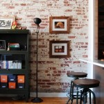 9-living cu bar stil vintage cu perete de accent imbracat cu tapet ce imita caramida