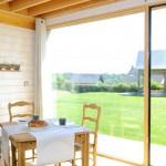 9-loc de luat masa cu vedere spre gradina casa mica lemn
