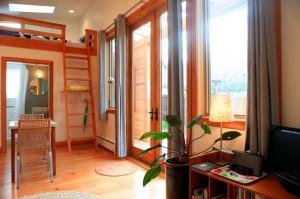 9-loc de luat masa si scara de acces spre pat loft casa mica din lemn