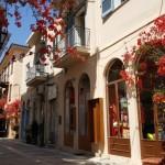 9-magazine si cladiri cu bougainvillea oras venetian in Grecia
