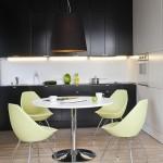 9-masa si scaune in contrast cu mobila de bucatarie