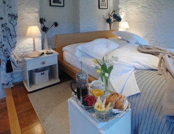 9-mic dejun la pat dormitor rustic decorat in alb Devon Anglia
