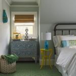 9-mici piese de mobilier colorate in decorul unui dormitor simplu