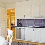 9-mobila alba bucatarie faianta gri cu tenta violet perete deasupra blatului de lucru