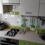 9-mobilier alb si vernil amenajare bucatarie mica si moderna