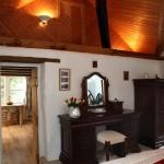 9-mobilier elegant din lemn masiv dormitor casa mica din piatra