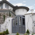 9-model poarta intrare curte din lemn masiv culoare gri si insertii de fier forjat