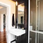9-mozaic negru baie asortat cu faianta alba si gresie neagra