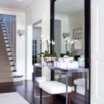 9-oglinda mare si consola din inox in amenajarea unui hol la intrarea in casa