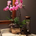 9-orhidee roz decor baie eleganta decorata cu lemn si marmura