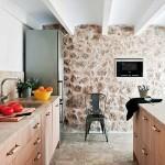 9-pardoseala travertin si perete din piatra naturala bucatarie casa Mallorca Spania