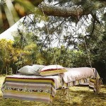 9-pat balansoar agatat de creanga unui copac gros de gradina