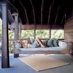 9-pat balansoar din lemn suspendat de grinzile din terasa casei