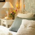 9-pat din fier forjat si noptiera alba din lemn marca ikea dormitor rustic scandinav