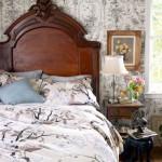 9-pat si noptiera din lemn masiv si tapet floral alb negru decor vintage dormitor