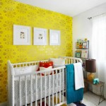9-perete de accent camera bebe decorata cu tapet galben cu imprimeu auriu
