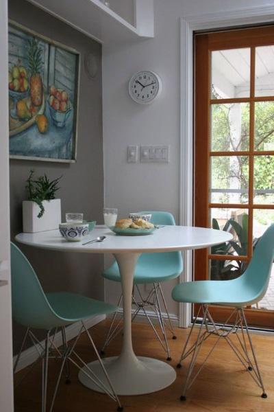 perete gri tablou masa alba scaune bleu