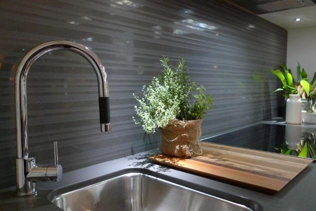 9-perete placat cu panou de sticla colorata chiuveta si blat bucatarie