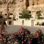 9-pesterile din stanca de calcar in care au fost amenajate camerele hotelului yunak evleri cappadocia turcia