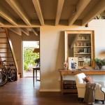 9-scara din lemn acces mezanin unde se afla atelierul de pictura