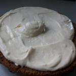 9-strat de crema de branza intre cele doua blaturi de tort