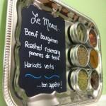 9-tabla de scris si suport magnetic pentru condimente dintr-o tava metalica