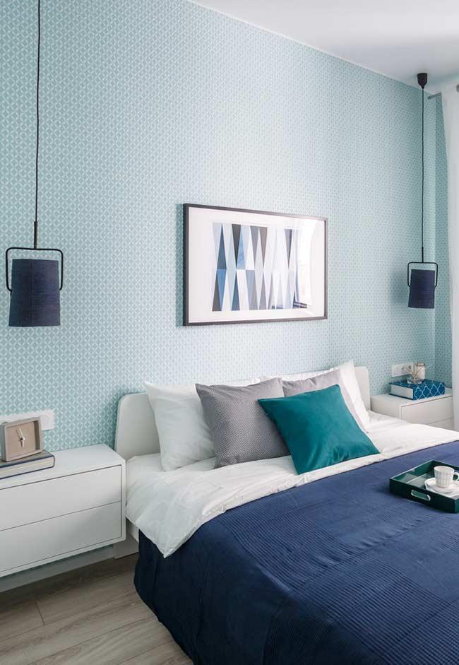 tapet bleu pereti dormitor mobila alba