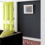 9-usa de interior verde fistic pe fundalul peretilor zugraviti in negru