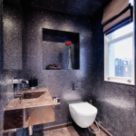 9-vas wc suspendat decor baie moderna placata cu mozaic negru