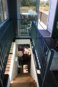 9-vedere de la etaj spre parterul casei din containere maritime