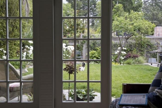 9-vedere din casuta pentru musafiri spre terasa si gradina
