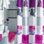 accente decorative mov si lila baie moderna alba