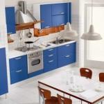 albastru alb si cires combinatie culori bucatarie moderna