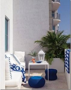 amenajare balcon apartament alb si albastru