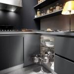 amenajare bucatarie moderna culoare neagra rafturi perete