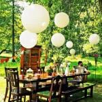 amenajare dining loc de luat masa in gradina corpuri de iluminat albe suspendate deasupra mesei