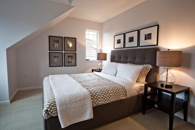 amenajare dormitor modern alb si ciocolatiu