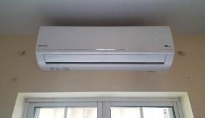 aparat aer conditionat montat pe perete exterior