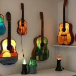 aplica decorativa hadmade din chitara veche