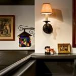 aplica perete si tablouri decorative in barul din beci