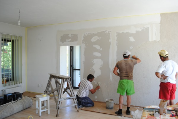 aplicare tencuiala decorativa pe perete